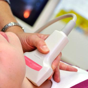 Doppleruntersuchung mit Ultraschallgerät an einer Frau