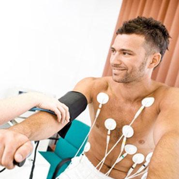 Mann bei einem Gesundheitscheck auf einem Ergometer