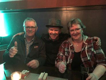 Sabine und Holger Ringel (Trauerhaus Ringel, Buxtehude) beim Pausen-Plausch mit Drummer Björn Kempcke (Mitte)