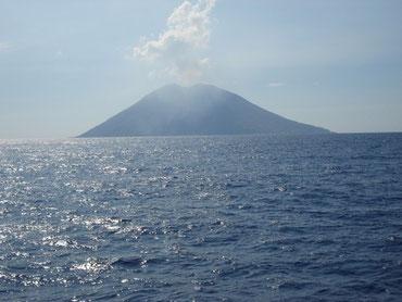 Vulkan Stromboli vom Meer aus gesehen