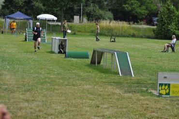 Karl mit Anouk - Hindernislauf