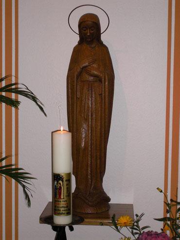 Marie-Statue mit Kerze in der Aula