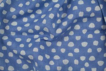 Blauer Baumwollschal gepunktet