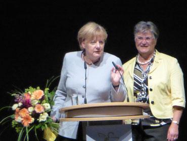 Dr. Angela Merkel und Brigitte Scherb (Präsidentin des Deutschen Landfrauenverbandes)