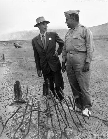 Le directeur scientifique du projet Manhattan est le physicien américain Robert Oppenheimer surnommé « le père de la bombe atomique ». Le responsable militaire est le major-général Leslie Richard Groves de 1942 à 1946. Le feu qui vient du ciel l'Apocalype