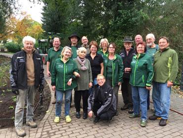 14.10.2017 Pflege der Grünanlage und Neuanpflanzung Beet am Hauptweg zur Kirche