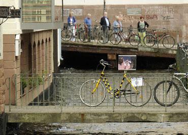 Kunstfahrrad Freiburg mit Zuschauern