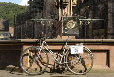 Kunstfahrrad Freiburg vor dem Münster