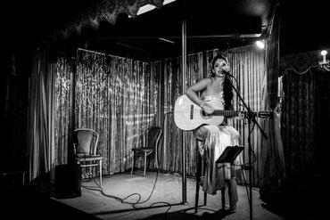 Aschaffenburg Event Sängerin Helen mit Gitarre