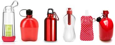 Et pour avoir toujours de l'eau sur soi, il suffit d'adopter une gourde ou une bouteille d'eau en verre du style bouteille de limonade avec bouchon, une solution simple et durable