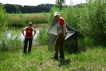 Heike Herzig und Gisela Merkel-Wallner mit einer einsatzbereiten Mailesse-Insektenfalle