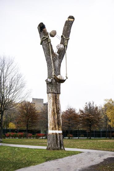 Le slingshot, un hommage à Frédéric Back au coeur du parc La Fontaine signé par le duo d'artiste Melsa Montagne et Nicolas Des Ormeaux aka LARTISNSICK