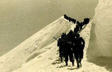 Alpinisti fotografati da Nini in fila sul monte Bianco