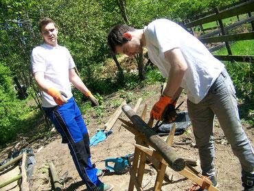 Maurice zieht alte Nägel aus dem Holz