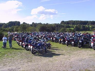 Dicht geparkt stehen die Motorräder
