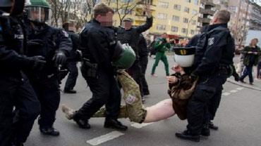 En demonstrant blev slået bevidstløs