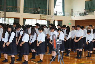 暴行事件の被害者に黙祷が捧げられた=28日午後、八重山農林高校