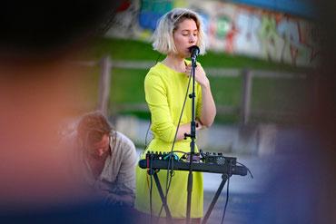 Mira Lu Kovacs ist auch als Sängerin der Formation 5K HD aktiv. (c) migglpictures / Hans Juergen Gernot Miggl