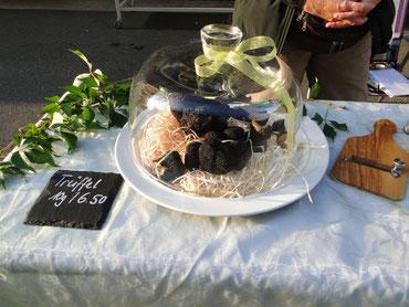 Bild: Trüffel zum Verkauf auf Wochenmarkt