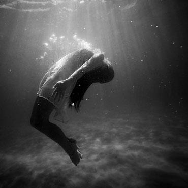 Frau unter Wasser