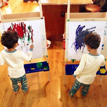 niños con caballetes de arte