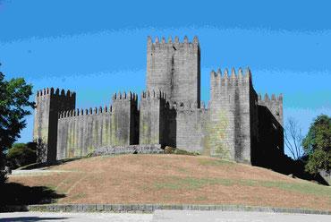 Die  Burg gleich neben dem Stellplatz
