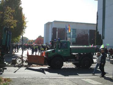 Die Polizei sorgt für Ordnung. Überall waren Einsatzfahrzeuge aufgestellt. Die Demonstration blieb allerdings durchgehend friedlich, die Beamten müssten nirgendwo einschreiten.