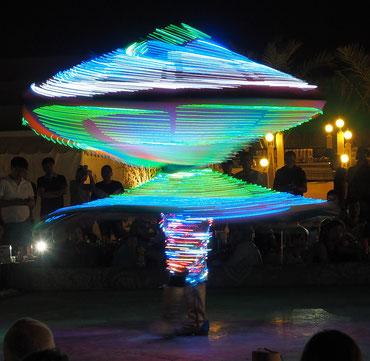 Bild: ©Rita Helmholtz, Derwisch mit Lichterkleid in Dubai