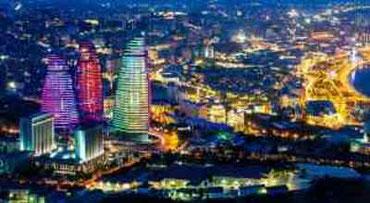 Un'immagine suggestiva di Baku dall'alto con le bellissime Flame Towers fatte a forma di fiamme