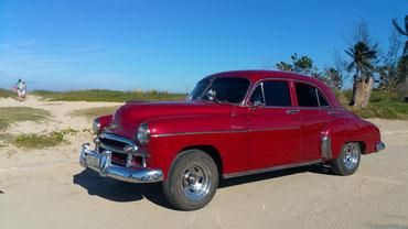 cuba 2017 : voiture américaine en bord de route sur du sable