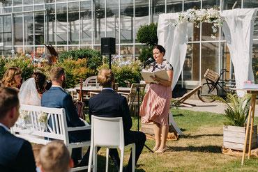 Hochzeitspaar bei der freien Trauzeremonie. Eine freie Trauung ersetzt nicht das Standesamt