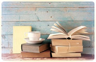 Stapel mit Büchern und eine Kafeetasse