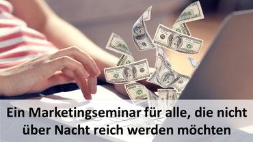 """Grafik mit der Aufschrift """"Ein Marketingseminar für alle, die nicht über Nacht reich werden möchten"""" vor fliegenden Banknoten im Hintergrund"""
