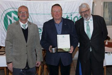 Arno Schaefer (Mitte) erhielt die Auszeichnung von Jürgen Bachmann, Vorsitzender des Fußballkreises Bonn (rechts) Foto: Fußballkreis Bonn