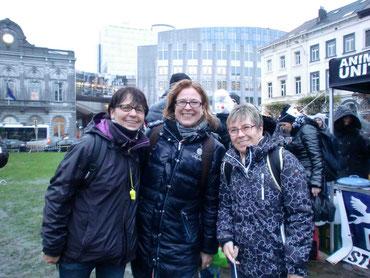 Grund zur Hoffnung-Team - trotz Dauerregen bei der Demonstration präsent