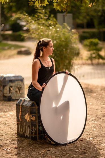 """Produktionsfoto vom Kurzfilm """"Monkey Jar"""" von Ferdinand Kowalke - Nadine Knauer, Meditationspause am Set"""