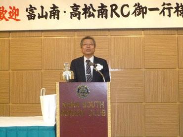 歓迎例会で挨拶する吉田会長