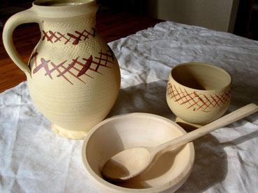 Essgeschirr: Holzschüssel, Keramikbecher und Kanne