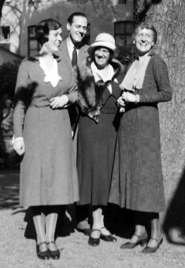 Heirat von Freya Deichmann mit Helmuth James Graf von Moltke, rechts die beiden Mütter