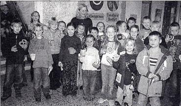 Die neue Schulleiterin inmitten ihrer Rasselbande (Badisches Tagblatt vom 1. Dez. 2004, Nr. 279)
