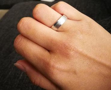 Der Verlobungsring einer Regenbogen-Mutter in Spe