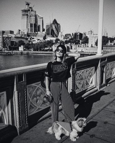 Madleina von Reding mit ihrem Hund Tommy in London