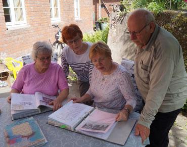 Einige Mitglieder des Liedertafel-Vorstands beim gemeinsamen Blick in die Vereinschronik. Foto: Alpha-Report