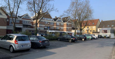 Der Parkplatz Bleichstraße in Rheda. Geht es nach der KHW, könnte hier bald ihre neue Zentrale und neuer Wohnraum entstehen.
