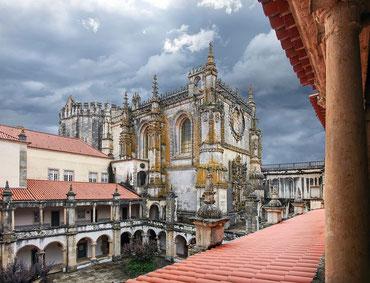 Tomar - Burganlage des Templerordens - im Hintergrund dunkle Wolken