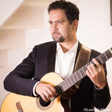 """Yoan Fernandez, guitariste, intervenant dans les formules """"Jazz"""", """"Jazz & Bossa Nova"""", """"Jazz Manouche"""", """"Musiques d'Amérique du Sud"""",""""Musiques du monde"""" et """"Autres Styles"""" (Pop)"""