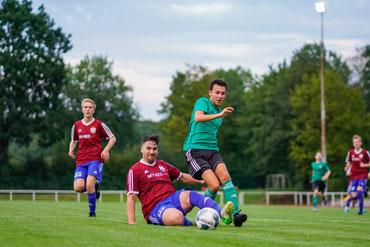 """7:2 Sieg des SCS gegen """"Dasse2"""" - hier Niclas Kuß im Zweikampf"""