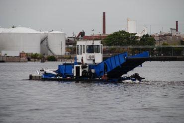 Müllstaubsauger auf dem Wasser