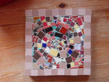 Création par un enfant à partir de tesselles récupérées