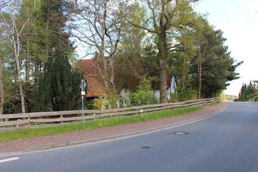 Das Krumhus von der Straße aus gesehen mit dem endlosen Zaun....